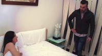 Encuentra a su esposa infiel en la cama con otro. Catch His Wife cheating with Another Man